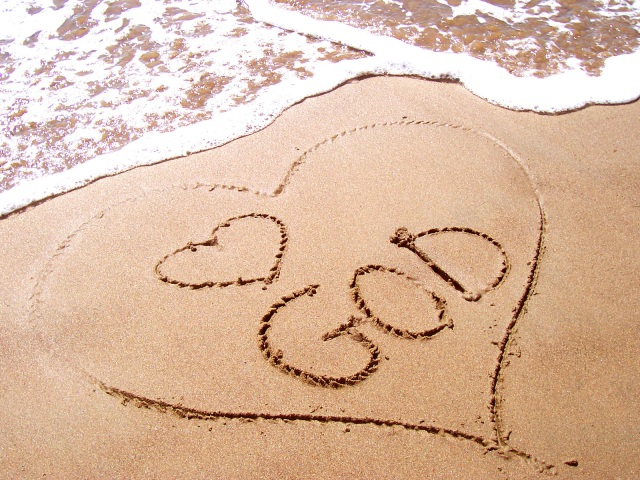 love-god-in-sand-1314534-1600x1200